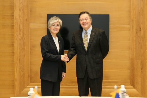 9月11日,在越南河内,韩国外长康京和(左)与智利外长罗伯托・安普罗(Roberto Ampuero)在会前握手合影。(韩国外交部提供)