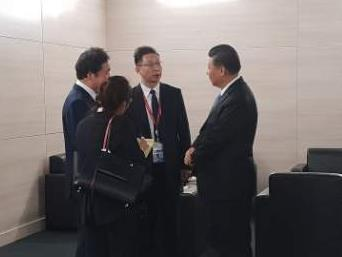 9月12日,在符拉迪沃斯托克,习近平(右一)与李洛渊(左一)交谈。(韩联社)