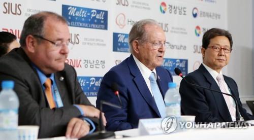 9月13日下午,在总结2018射击世锦赛的记者会上,国际射击联合会主席奥莱加里奥・瓦奎兹・拉纳(中)答问。(韩联社)