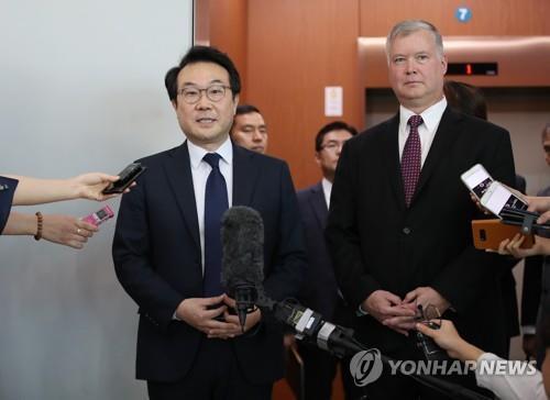 9月11日上午,在韩国外交部,李度勋和比根在会谈后会见记者。(韩联社)