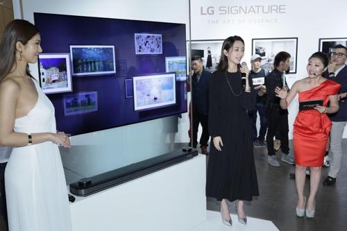 9月13日,在台北文创大楼,台湾演员柯佳�鳎ㄗ蠖�)出席LG SIGNATURE产品发布会并推介OLED电视机。(韩联社/LG电子供图)