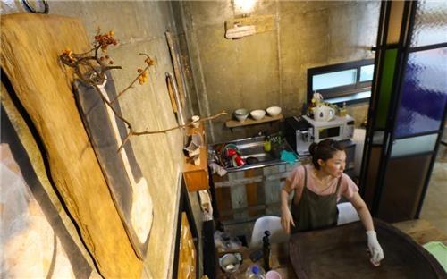 陶艺家李恩珠正在创作新作品。(韩联社记者成演在)