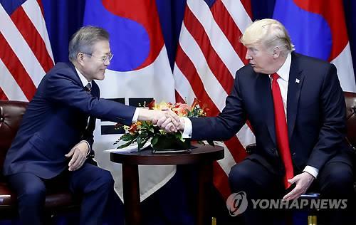 资料图片:当地时间9月24日晚,韩国总统文在寅(左)和美国总统特朗普举行首脑会谈。(韩联社)