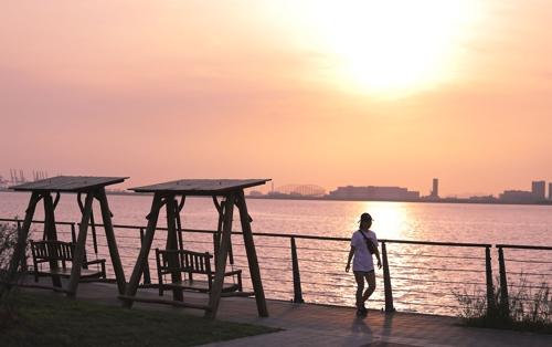 游客们在BAEGOT公园散步(韩联社记者成演在摄)