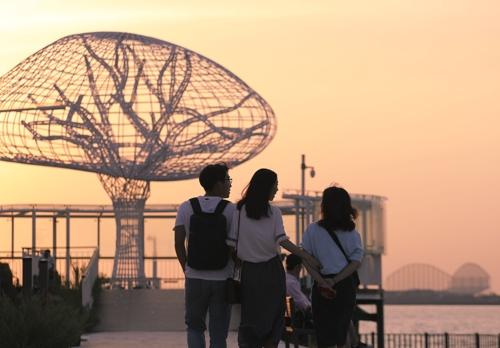 游客们在欣赏乌耳岛生命之树。(韩联社记者成演在摄)