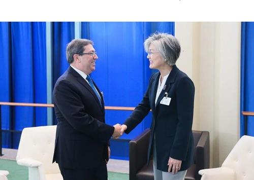 当地时间9月26日,在纽约,韩国外交部长官康京和(右)与古巴外长布鲁诺・罗德里格斯握手致意。(外交部提供)