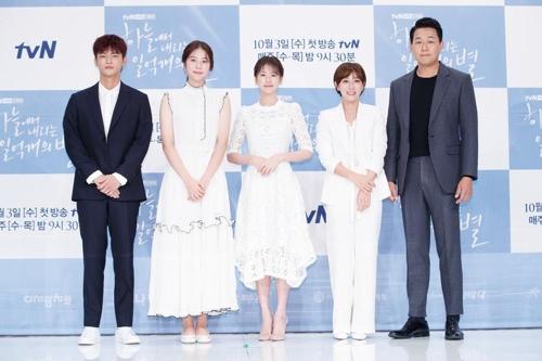 9月28日下午,在首尔永登浦,演员徐仁国(左起)、徐恩秀、郑素敏、张英南、朴成雄出席tvN新剧《从天而降的一亿颗星星》的发布会。(tvN提供)