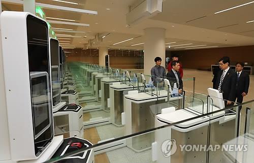 资料图片:仁川国际机场第二航站楼自动出入境审查设备