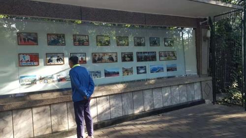 在朝鲜外务相李容浩联大会演讲前,朝鲜驻华大使馆外墙公告栏撤下中国国家主席习近平与美国总统特朗普的照片,贴出韩国总统文在寅和朝鲜国务委员会委员长金正恩的照片。(韩联社)