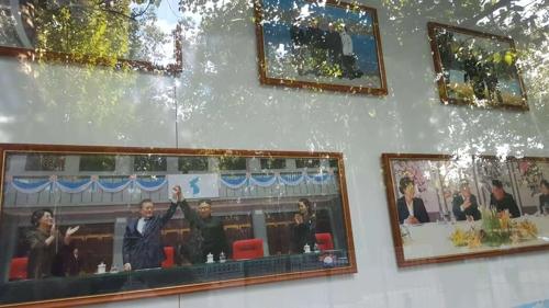 在朝鲜外务相李容浩联合国大会演讲前,朝鲜驻华大使馆外墙公告栏醒目位置张贴出韩国总统文在寅和朝鲜国务委员会委员长金正恩的照片。(韩联社)