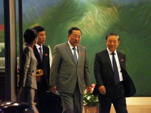 10月2日下午,在首都国际机场,朝鲜外务相李容浩(右二)结束联大行程飞抵北京。(韩联社)