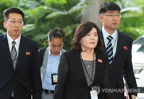 资料图片:6月11日上午,在新加坡,朝鲜外务省副相崔善姬(最前)率团进入丽思卡尔顿美年酒店,同美方代表团就第二天的朝美领导人会谈进行协调。(韩联社)