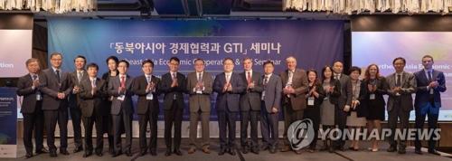 """10月10日,""""东北亚经济合作与GTI""""研讨会在首尔四季酒店举行,与会人士合影留念。(韩联社/对外经济政策研究院供图)"""