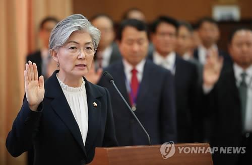 10月10日,在韩国外交部办公大楼举行的国会外交统一委员会国政监查现场,外长康京和在接受国政监查前宣誓诚实回答议员提问。(韩联社)