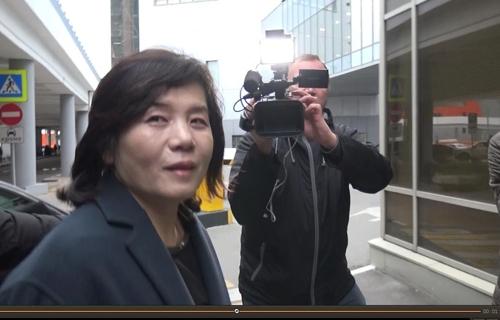 当地时间10月10日,在莫斯科谢列梅捷沃国际机场,朝鲜外务省副相崔善姬在进入贵宾通道前接受韩联社记者采访。(韩联社)