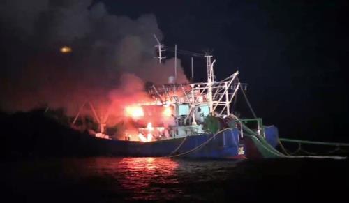 资料图片:中国渔船火灾现场(群山海警供图)