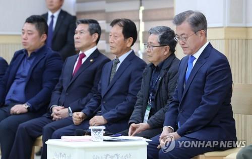 10月11日,在济州道西归浦江汀村,韩国总统文在寅(右一)与江汀村居民座谈。(韩联社)