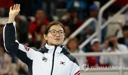 South Korean short tracker Shim Suk-hee waves at the crowd at Iceberg Skating Palace on Feb. 15, 2014, after winning the silver medal in the women's 1,500 meters at the Sochi Winter Olympics. (Yonhap)