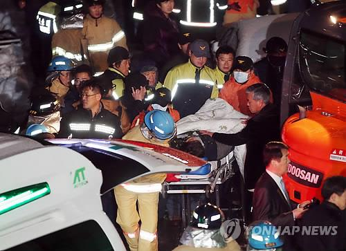 Rescue workers carry bodies out of a collapsed resort building in Gyeongju, southeastern South Korea, on Feb. 18, 2014. (Yonhap)