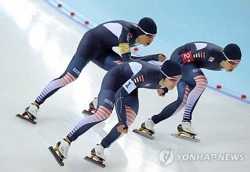 From left: South Korean speed skaters Lee Seung-hoon, Joo Hyong-jun and Kim Cheol-min take a turn during their team pursuit semifinal race against Canada on Feb. 21, 2014. (Yonhap)
