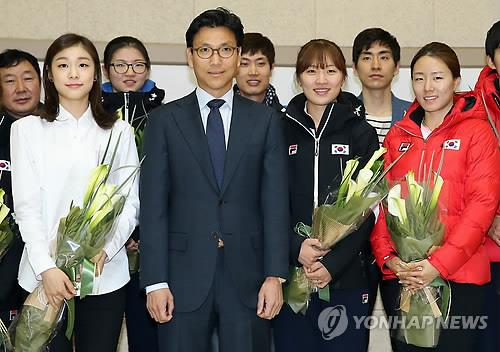 From left on the front row: figure skater Kim Yu-na; Korea Skating Union President Kim Jae-youl; short tracker Park Seung-hi; and speed skater Lee Sang-hwa pose for photos on March, 3, 2014, after the athletes received finanal prizes for winning medals at the Sochi Winter Olympics. (Yonhap)
