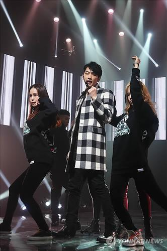 """South Korean singer Rain performs at an event in Seoul on Jan. 8, 2014, to promote his new album """"Rain Effect."""" (Yonhap)"""