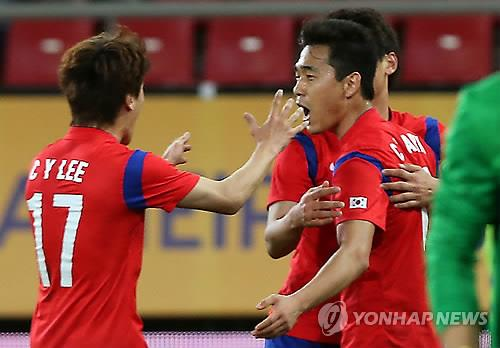 South Korean forward Park Chu-young (R) celebrates with his teammate Lee Chung-yong after scoring the opening goal in the country's 2-0 win over Greece in Athens on March 5, 2014. (Yonhap)