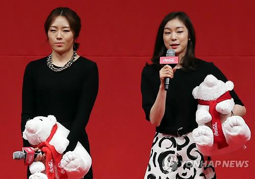 Speed skater Lee Sang-hwa (L) and figure skater Kim Yu-na share the center stage on March 12, 2014, after being honored as South Korea's top amateur athletes at an award ceremony in Seoul. (Yonhap)