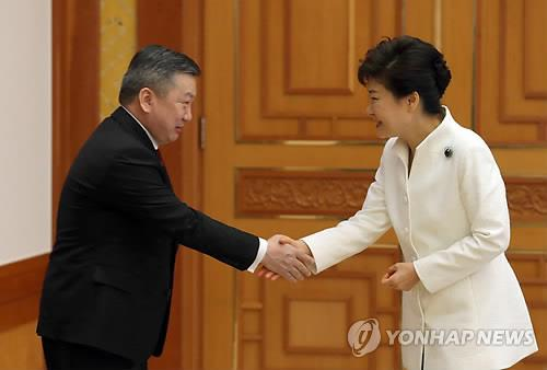 South Korean President Park Geun-hye shakes hands with Mongolia's parliamentary speaker Zandaakhuu Enkhbold during a meeting in Seoul on March 14. (Yonhap)