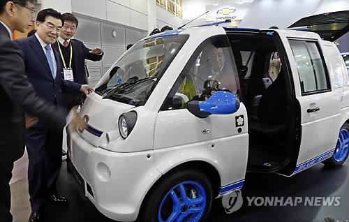 Visitors check EV at the first International Electric Vehicle Expo on Jeju Island. (Yonhap file photo)