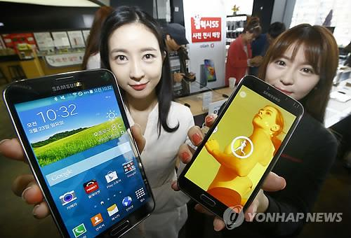 South Korea's top mobile carrier SK Telecom, the only mobile carrier currently operating in the country, started selling Samsung Electronics Co.'s latest Galaxy lineup at home on March 27, 2014, without receiving prior consent from the tech giant. Other players also immediately joined the move. (Yonhap)