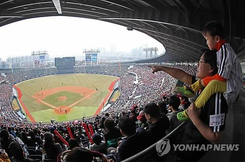 Fans take in a preseason KBO game between the LG Twins and the Kia Tigers at Jamsil Stadium in Seoul on March 23, 2014. (Yonhap file photo)