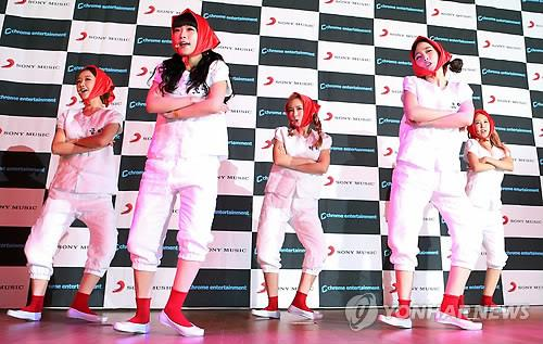 "South Korean pop group Crayon Pop performs its new single ""Uh-ee"" during a showcase at Olleh Square in central Seoul on March 28, 2014. (Yonhap)"