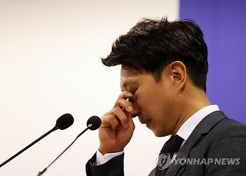 South Korean speed skater Lee Kyou-hyuk wipes tears during his retirement ceremony in Seoul on April 7, 2014. (Yonhap)