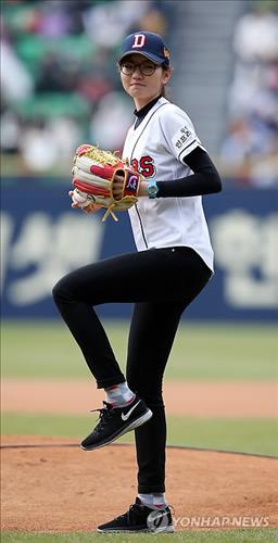 South Korean short tracker Shim Suk-hee throws out the ceremonial first pitch at a local baseball game on April 5, 2014. (Yonhap file photo)