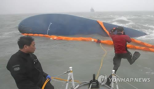 Divers conduct a search and rescue operation for missing passengers in the sunken ferry Sewol in waters off the southwestern South Korean island of Jindo on April 17, 2014. (Yonhap)