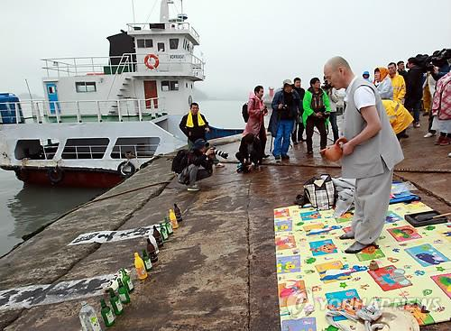 A Buddhist monk prays for the safe return of those who remain missing in a sunken ferry in Jindo, South Korea, on April 18, 2014. (Yonhap)