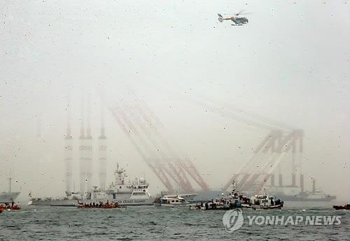 Rescue ships and cranes are ready for search-and-rescue operations in waters off South Korea's southwestern town of Jindo on April 18, 2014, to find hundreds of missing passengers in the ferry Sewol that sank two days earlier. The ferry Sewol disappeared completely from sight at around noon. (Yonhap)