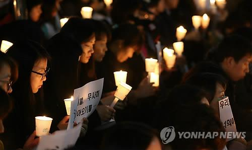 Pupils of Daewon High School in Ansan, south of Seoul, express their grief on April 18 2014 for the loss of fellow students in the ferry Sewol that sank two days earlier. (Yonhap)