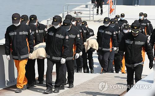 Police officers carry bodies of victims from the sunken ferry Sewol on April 20. (Yonhap)