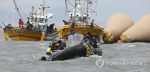 Divers and rescue workers are searching for the missing inside a sunken ferry in waters off South Korea's southwest coast on April 22, 2014, as the operations entered their seventh day. (Yonhap)