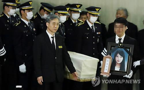 A coffin carrying the body of Park Ji-young, a crew member who died while trying to save passengers on the ferry Sewol, is carried out of the funeral hall of a hospital in Incheon, west of Seoul, on April 22, 2014. (Yonhap)