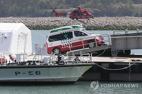 Ambulances carrying bodies retrieved from the capsized ferry Sewol leave a temporary morgue at a Jindo Island port in southwestern South Korea on April 23, 2014. (Yonhap)