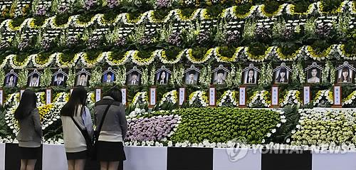Students pay tribute to victims of the sinking of Sewol in front of a temporary memorial altar built inside a gymnasium in Ansan, south of Seoul, on April 23, 2014. (Yonhap)