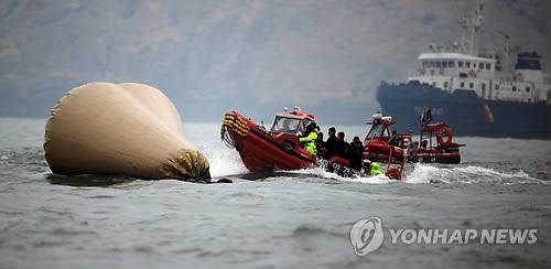Rescue workers fight high waves and strong winds in a desperate attempt to resume underwater operations to search for more than 100 missing passengers in waters off South Korea's southwestern island of Jindo on April 28, 2014, after the ferry Sewol sank on April 16. So far, 188 have been confirmed dead and 114 remain missing. (Yonhap)