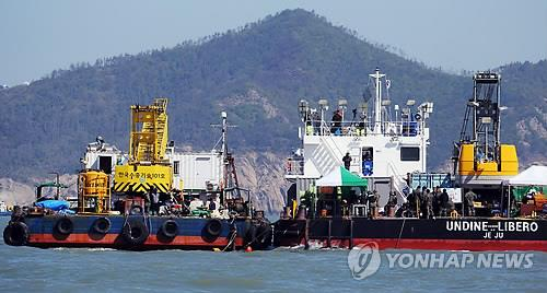 A specially designed airtight steel chamber, called a diving bell, is ready to be used on April 30, 2014, in waters near Jindo Island to help the ongoing search for the bodies of more than 90 people believed to be trapped inside a ferry that sank on April 16. (Yonhap)