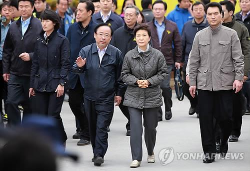 President Park Geun-hye talks to Oceans and Fisheries Minister Lee Ju-young during her visit to Paengmok Port as rescue operations continued for the 19th day on May 4, 2014, following the sinking of the ferry Sewol in April. (Yonhap)