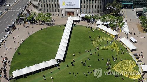 Citizens throng a joint altar in the Seoul Plaza, central Seoul, on May 6, 2014 to pay tributes to the deceased in the tragic sinking of the ferry Sewol last month that left 302 people dead or missing. (Yonhap)
