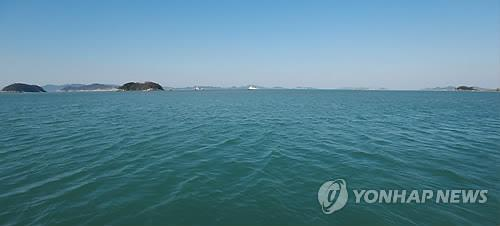 Tidal currents are slow in waters near the sinking iste of the Sewol on May. 7, 2014 as rescue workers continued their intensive search for 34 people still missing. (Yonhap)