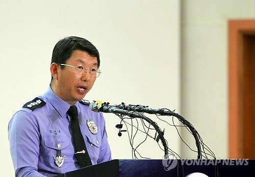 Kim Suk-kyoon, chief of the Coast Guard, speaks during a press briefing at the Jindo County Office, South Jeolla Province, on May 7, 2014. (Yonhap)